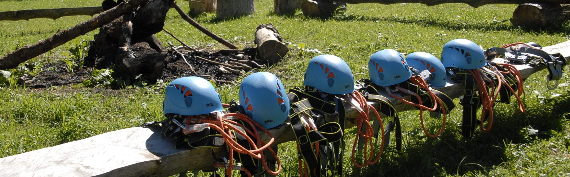 Helme im Kletterwald